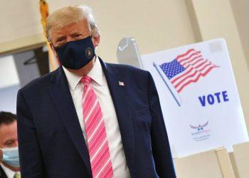 El presidente de EE.UU. Donald Trump en una biblioteca pública de West Palm Beach, Florida, donde emitió su voto por adelantado el 24 de octubre de 2020. Foto: AFP / El Universo.