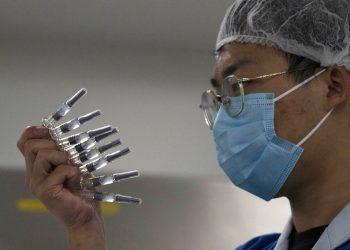 Un empleado inspecciona jeringas para la vacuna contra el COVID-19 producida por Sinovac en su fábrica de Beijing. Foto: Ng Han Guan/AP/Archivo.