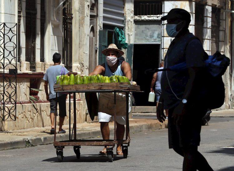 Las muestras procesadas llegaron a 7186, con las que ahora el país suma 621 180 pruebas en busca de la pandemia. Foto: Ernesto Mastrascusa/EFE.