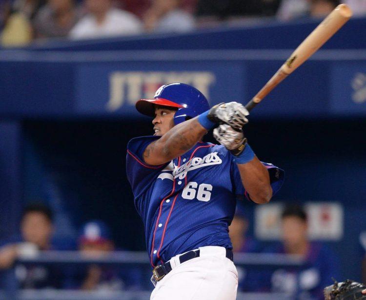 El pelotero cubano Dayán Viciedo, con el uniforma de los Dragones de Chunichi, en la Liga Japonesa de Béisbol Profesional. Foto: beisboljapones.com / Archivo.