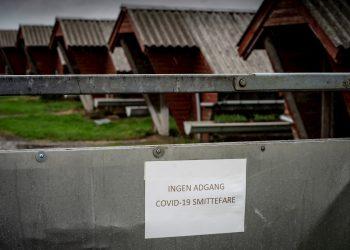 Cartel que impide el acceso y alerta sobre el riesgo de infección con la COVID-19 en una granja de visones en Hjoerring, en el norte de Jutlandia, Dinamarca. Foto: Mads Claus Rasmussen / EFE.