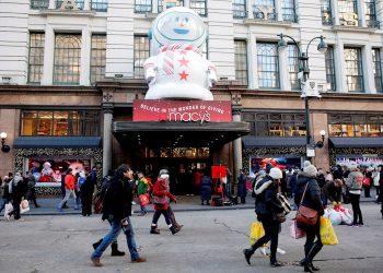 Personas con compras navideñas caminan en Nueva York. Foto: Jason Szenes / EFE / Archivo.