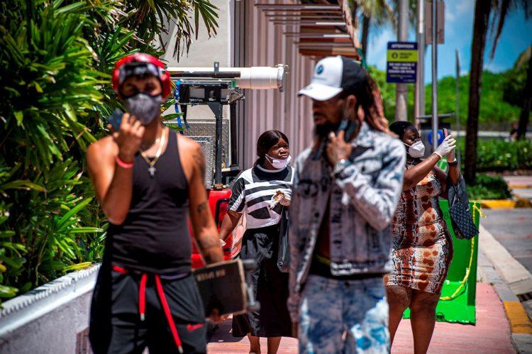El uso de las mascarillas ha vuelto a ser obligatorio en Miami Beach, como medida para evitar la expansión de la COVID-19, Foto: Giorgio Viera / EFE.