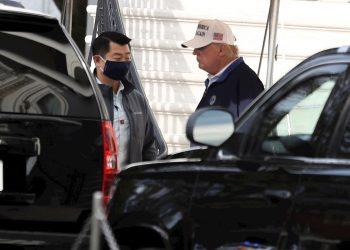 El presidente de los Estados Unidos, Donald J. Trump (C), camina hacia su caravana en el jardín sur de la Casa Blanca en Washington, DC, el 15 de noviembre de 2020. Foto: Oliver Contreras / Pool / EFE.