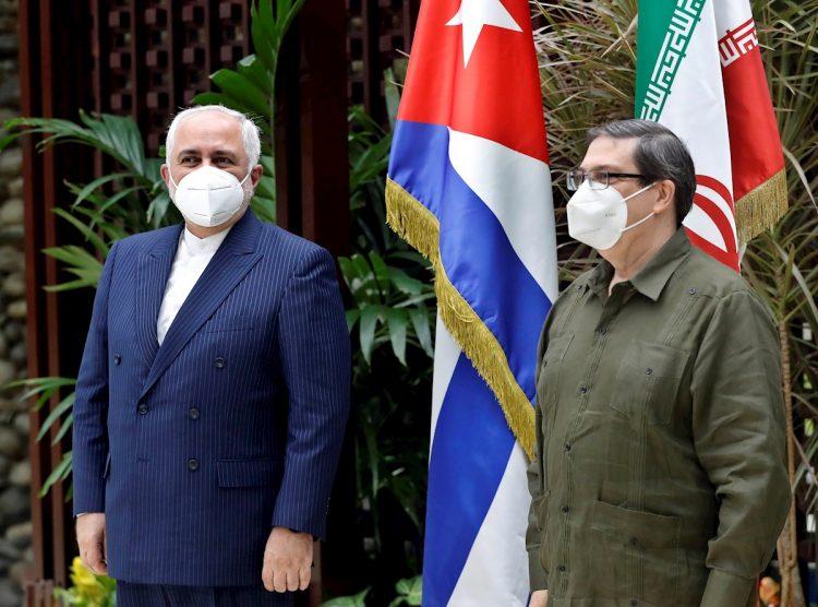 Los ministros de Exteriores de Cuba, Bruno Rodríguez Parrilla (i) e Irán, Mahammad Javad Zarif (d), reafirmaron los lazos bilaterales entre ambos países este 6 de noviembre de 2020, durante un encuentro en La Habana. Foto: Ernesto Mastrascusa / EFE.