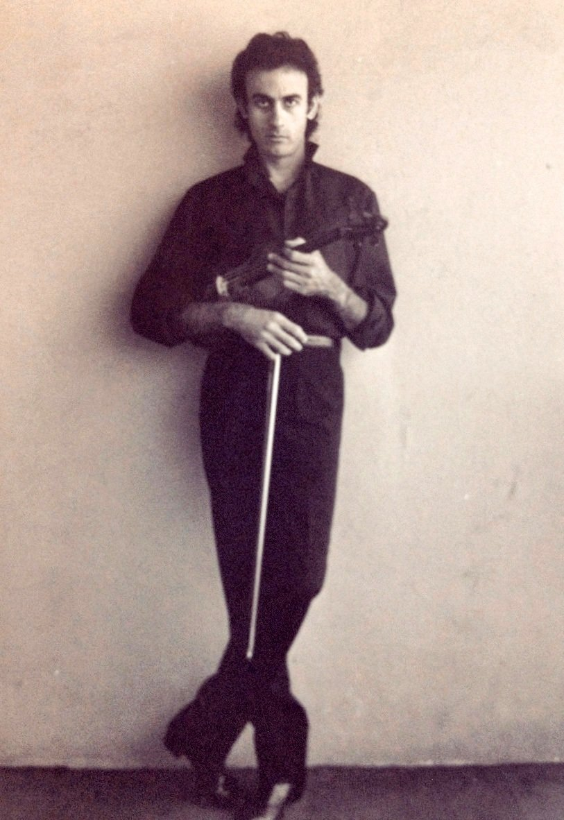 Fotografía personal cedida donde aparece Alfredo Triff, un destacado compositor, productor y violinista cubano unos meses después de su llegada a Estados Unidos en una embarcación durante el éxodo del Mariel en 1980. Foto: Álbum Alfredo Triff / EFE.