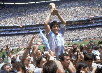 En esta foto del 29 de junio de 1986, Maradona alza la Copa Mundial tras la victoria de Argentina 3-2 ante Alemania en la final. Photo/Carlo Fumagalli, archivo).