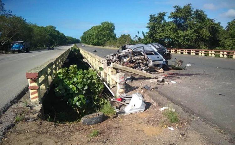Restos del auto que se estrelló contra la baranda de un puente en la autopista nacional. Foto: Alexis Ruiz/Facebook.