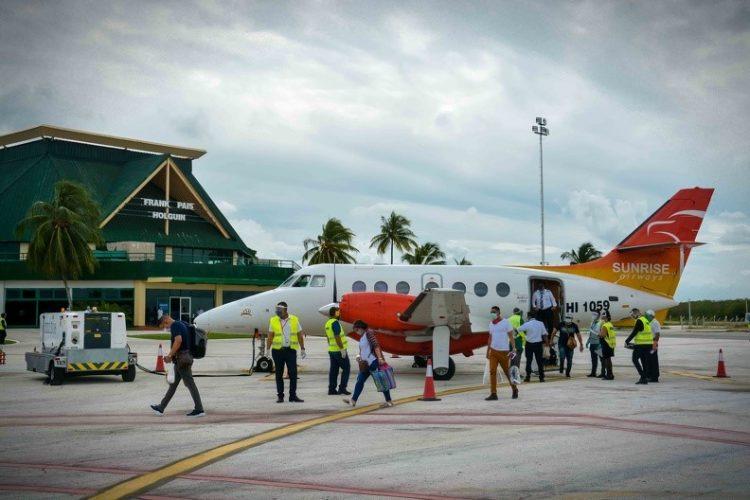 Llegada del primer vuelo comercial al Aeropuerto Internacional Frank País, de Holguín. Foto: ACN.