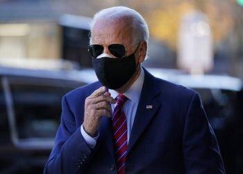 En esta imagen del 23 de noviembre de 2020, el presidente electo Joe Biden sale de su caravana para hablar con miembros de la prensa en Wilmington, Delaware. Foto: Carolyn Kaster/AP.
