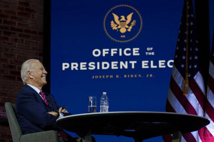 El presidente electo Joe Biden sonríe el lunes 23 de noviembre de 2020 durante una reunión virtual con la Conferencia de Alcaldes de Estados Unidos en el teatro The Queen, en Wilmington, Delaware.  Foto: Carolyn Kaster.