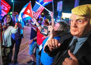 Cubanoamericanos celebran la derrota demócrata en Florida, frente al restaurante Versailles ne Miami. Foto: Cristobal Herrera / EFE