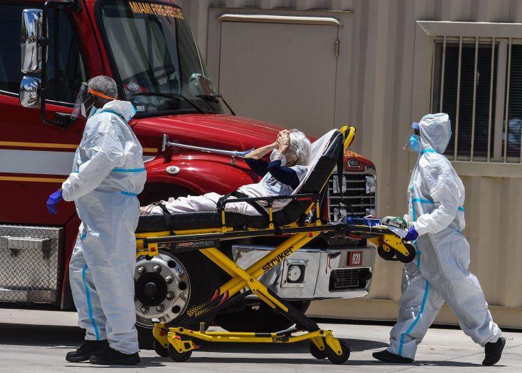 Los paramédicos ingresan a una paciente de coronavirus en el hospital de Coral Gables, Miami. | Foto: Getty Images.