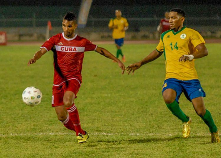El delantero de Las Tunas Dayron Blanco (izq) vistió en varias ocasiones el uniforme del equipo nacional cubano. Foto: Dubler Vázquez/Facebook.