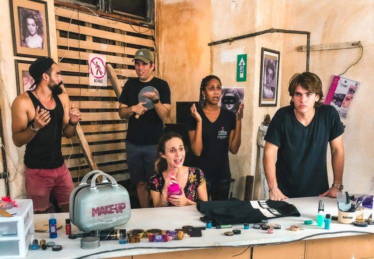 Luis Silva ensaya con el elenco de Vestuario o Maquillaje (VOM), lo más reciente de Jazz Vilá Proyecta. Foto: cortesía de la compañía.