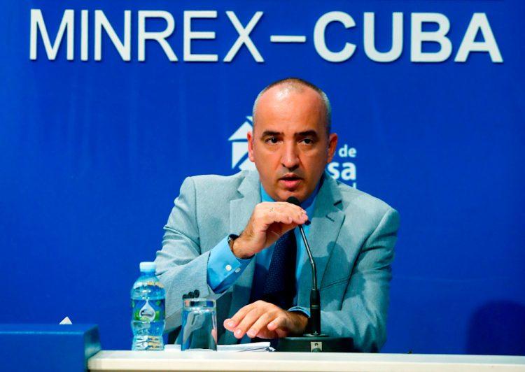 Ernesto Soberón, Director de Asuntos Consulares y de Cubanos Residentes en el Exterior (DACCRE), habla durante una conferencia de prensa, hoy en la sede del centro de Prensa Internacional (CPI) de La Habana (Cuba). Foto: EFE/Ernesto Mastrascusa.