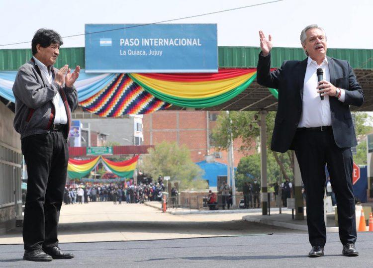El presidente de Argentina, Alberto Fernández (der) despide en la frontera con Bolivia al exmandatario Evo Morales, que regresó a su país. Foto: @evoespueblo/Twitter.