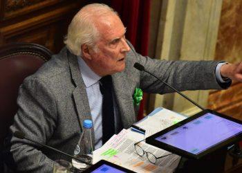 """El director de cine y político argentino Fernando """"Pino"""" Solanas, quien falleció a los 84 años en París, ciudad en la que trabajaba como embajador de su país ante la Unesco, el viernes 6 de noviembre de 2020. Foto: BBC Mundo / Archivo."""