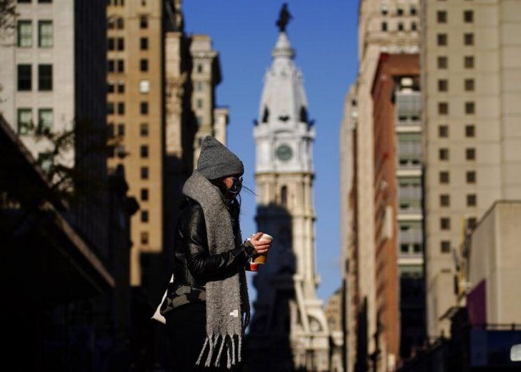 Fotografía del 8 de noviembre de 2020 de una persona con mascarilla cruzando la calle Broad en Filadelfia. Foto: Matt Slocum/AP.