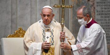 El papa Francisco celebra misa en la basílica de San Pedro, en El Vaticano, durante la pandemia de coronavirus. Foto: Vincenzo Pinto / AP / Archivo.