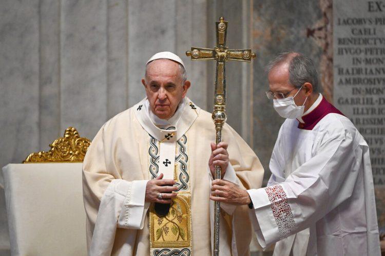 El papa Francisco celebra misa en la basílica de San Pedro, en El Vaticano. Domingo 22 de noviembre de 2020. Foto: Vincenzo Pinto/AP.
