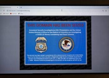 Un sitio web ilegal que vendía tratamientos no aprobados contra el coronavirus es exhibido en el Centro Nacional de Coordinación de Derechos a la Propiedad Intelectual, el martes 24 de noviembre de 2020, en Arlington, Virginia. Foto: AP/Alex Brandon.