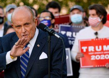 Rudy Giuliani, abogado del presidente Donald Trump, habla durante una conferencia de prensa sobre los desafíos legales para el conteo de votos en Pensilvania el miércoles 4 de noviembre de 2020. Foto: Matt Slocum/AP.