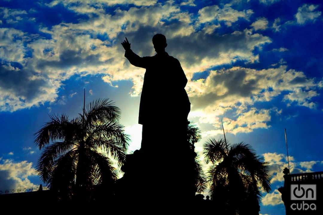 Estatua de José Martí en el Parque Central de La Habana. Foto: Otmaro Rodríguez.