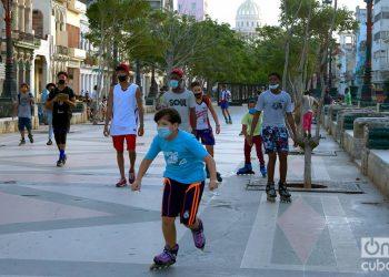 Niños jugando en el Paseo del Prado de La Habana. Foto: Otmaro Rodríguez.