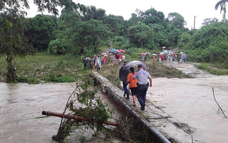 El paso que comunica la comunidad de Cacao y la cabecera municipal de Manicaragua, en Villa Clara, se encuentra afectado por las lluvias de la tormenta Eta. Foto: Francisnet Díaz Rondón / Vanguardia.