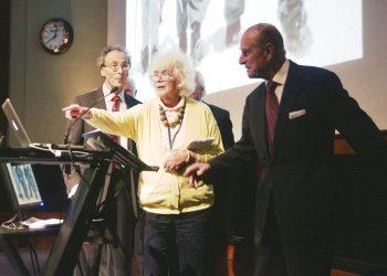 La escritora Jan Morris, centro, con el duque de Edimburgo, derecha, durante una recepción para celebrar el 60 aniversario de la conquista del Everest en la Sociedad Geográfica Real en Londres. Morris, quien se volvió una pionera del movimiento transgénero, falleció a los 94 años, informó su representante literario United Agents. Foto: Yui Mok/PA, via AP, archivo.