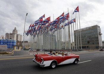 Banderas cubanas ondean en la llamada tribuna antimperialista, frente al edificio de la embajada de Estados Unidos en La Habana. Foto: Jorge Luis Baños/IPS. Archivo.