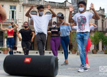 Jóvenes ensayan una coreografía en la Plaza Vieja en La Habana. Foto: Otmaro Rodríguez