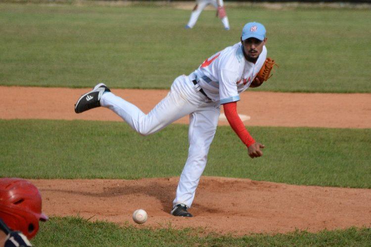 El lanzador Luis Alberto Marrero, de los Tigres de Ciego de Ávila, autor del tercer no hitter de la 60 Serie Nacional de Béisbol de Cuba. Foto: Osvaldo Gutiérrez.