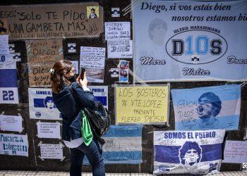 Una de las paredes de la clínica Olivos, donde fue operado y estuvo ingresado Maradona, se ha convertido en un santuario con mensajes de aliento.