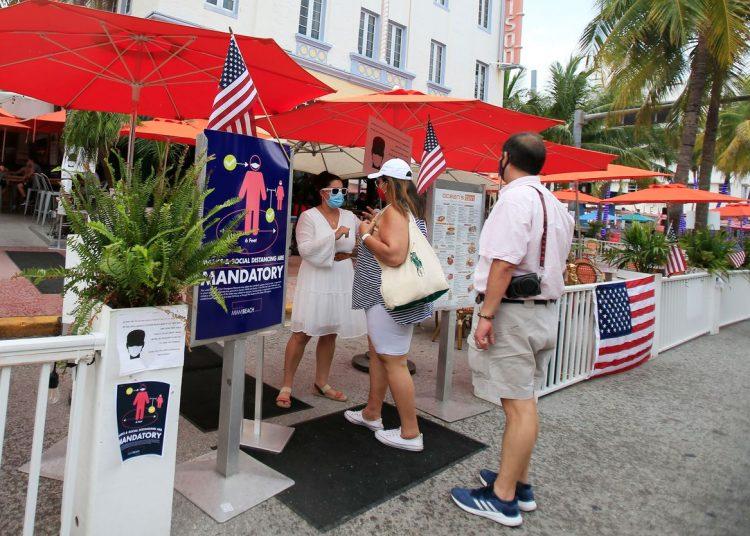 El acceso a los restaurantes en Miami Beach ha sido limitado por decisión condal pero las autoridades no están siendo implacables en su cumplimiento. | Foto: AP/Archivo