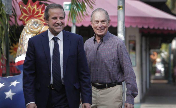 El ex alcalde de Miami, Manny Díaz, acompañado del billonario y es precandidato presidencial demócrata, Michael Bloomberg. Foto: Archivo.