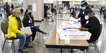 Trabajadores electorales verifican votos el viernes 20 de noviembre de 2020 durante un recuento en un centro de conteo en Milwaukee, Wisconsin. Foto: Nam Y. Huh/AP/Archivo.
