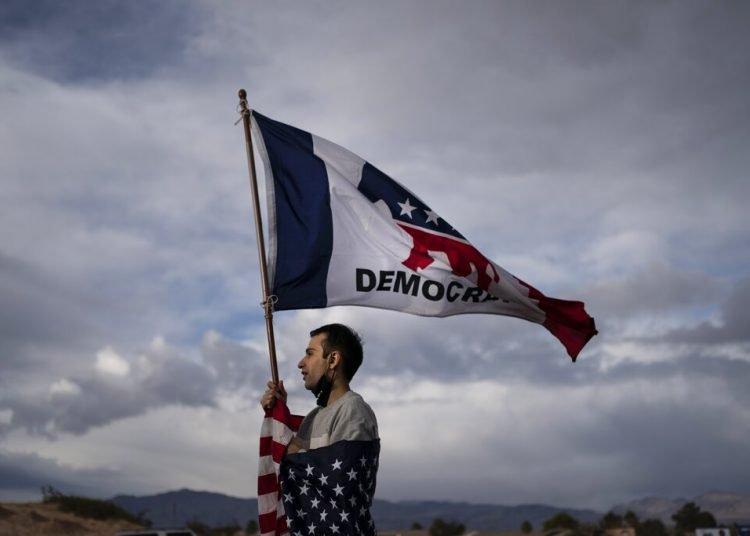 Un simpatizante de Joe Biden afuera del Departamento Electoral del condado Clark, al norte de Las Vegas, Nevada, el sábado 7 de noviembre de 2020. Foto: Wong Maye-E/AP.