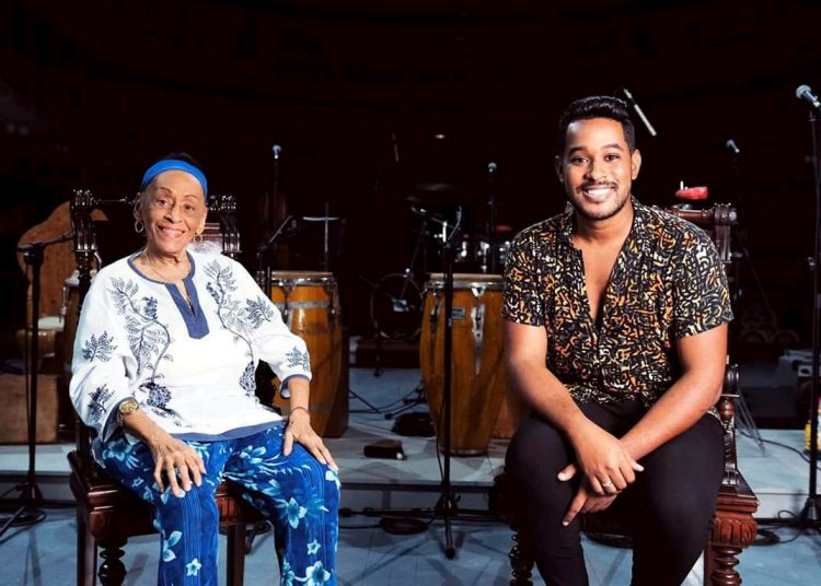 Omara Portuondo junto a Ethiel Failde. Foto: perfil de Facebook de la orquesta.