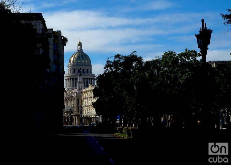 El Capitolio de La Habana, visto desde el Paseo del Prado. Foto: Otmaro Rodríguez