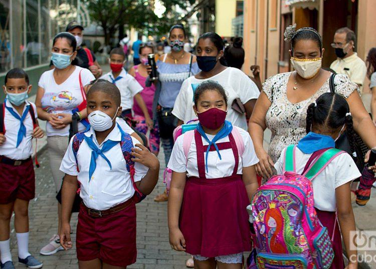 Niños cubanos asisten a la escuela tras el reinicio del curso escolar en La Habana. Foto: Otmaro Rodríguez.