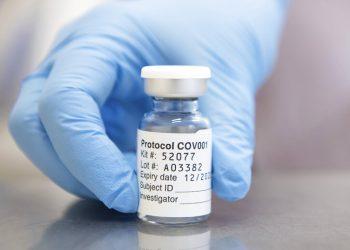 En esta fotografía sin fecha emitida por la Universidad de Oxford el lunes 23 de noviembre de 2020, se muestra una dosis de la vacuna contra COVID-19 desarrollada por la universidad y AstraZeneca en Oxford, Inglaterra. Universidad de Oxford/John Cairns vía AP, Archivo.