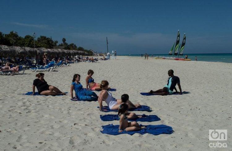 Turistas en el balneario de Varadero. Foto: Otmaro Rodríguez / Archivo OnCuba.