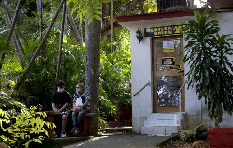 Personas esperan ser atendidas en una oficina de Western Union en su último día de operaciones en La Habana, Cuba, el lunes 23 de noviembre de 2020. Foto: Ismael Francisco / AP.