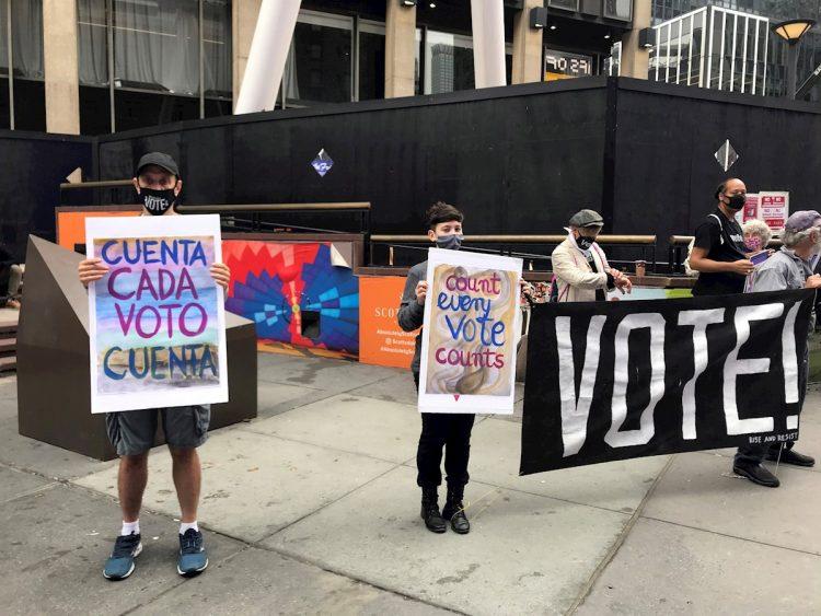 Activistas llaman a votar en las elecciones de EE.UU. en un centro de votación en Madison Square, en Nueva York. Foto: Nora Quintanilla / EFE / Archivo.