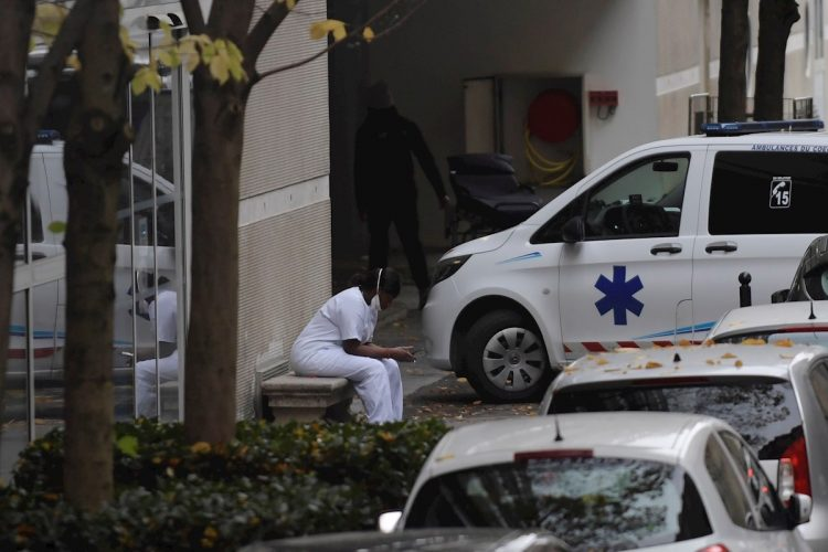 Un trabajador sanitario en las afueras de un centro médico durante el rebrote de coronavirus en París, Francia. Foto: Julien de Rosa / EFE.