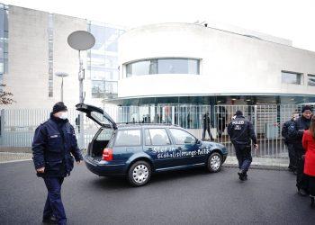 """La frase escrita sobre el auto dice: """"Paren la política de globalización"""". Foto: Michael Kappeler/dpa, vía AP."""