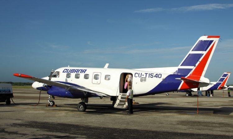 Un avión de Cubana de Aviación del tipo Embraer 110, como el averiado este 28 de noviembre de 2020 al aterrizar en el aeropuerto de La Habana, procedente de la Isla de la Juventud. Foto: jetphotos.com / Archivo.