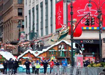 Personas durante los festejos populares del Día de Acción de Gracias, en Nueva York, EE.UU., 26 de noviembre de 2020. Foto: Jason Szenes / EFE.